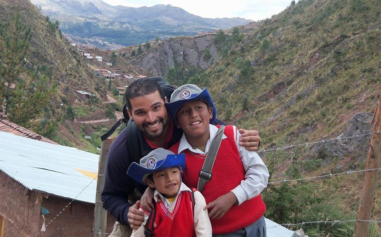 Volunteer with kids in Chocco, Cusco, Peru