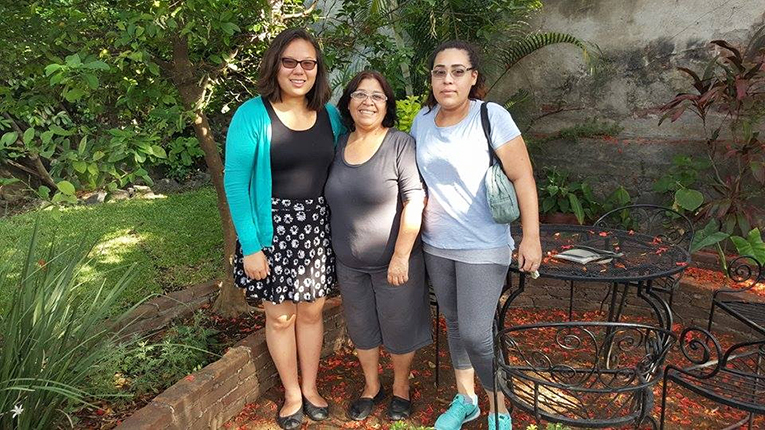International volunteer with host family in Cuernavaca, Mexico