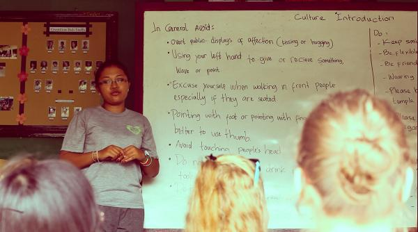 volunteer teaching about the environment conservation