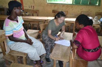 Microfinance volunteer with locals, Projects Abroad