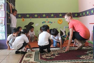 Volunteer teaching dance, Ecuador, Projects Abroad